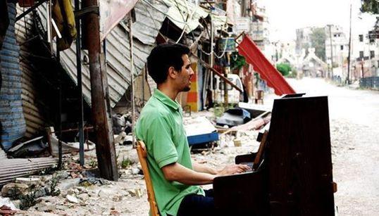 Ο Σύριος που τραγουδά την ιστορία του εμφυλίου πολέμου με το πιάνο του στον ισοπεδωμένο καταυλισμό του