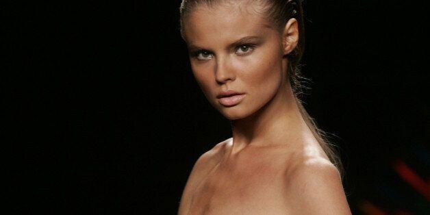 ** ARCHIV ** Ein extrem schlankes Model auf der Rosa Cha Fashion Show in New York am 10. Sept. 2006....