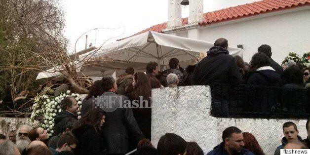 Κοσμοσυρροή και μπαλωθιές στην κηδεία του 20χρονου Βαγγέλη στο Σιλλί