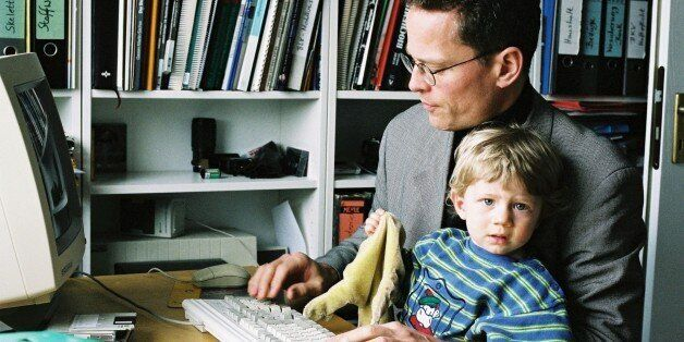 (GERMANY OUT) Heimarbeit : Vater mit Kind am Computer. Arbeit Familie Heimarbeitsplatz Telearbeitsplatz...