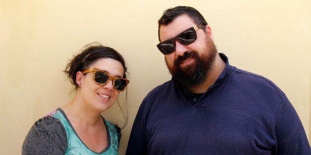 Τα χειροποίητα ξύλινα γυαλιά από την Σύρο που κάνουν το γύρο του
