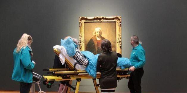 Στην Ολλανδία ασθενείς σε τελικό στάδιο κοιτούν πίνακα του