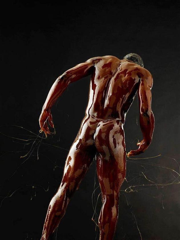 Γυμνά σώματα «παγιδευμένα» στο μέλι μετατρέπονται σε υπέροχα έργα