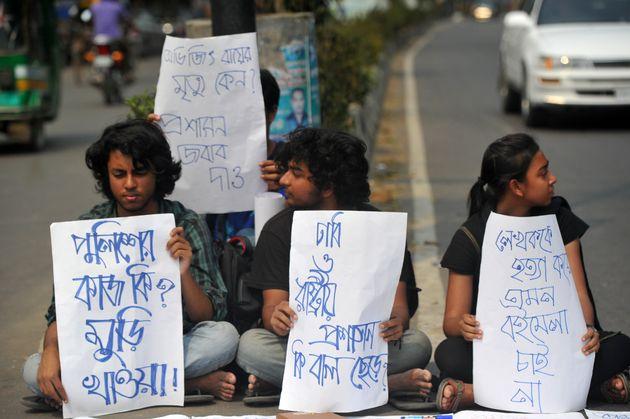 Στο Μπαγκλαντες διαδηλώνουν κατά της δολοφονίας μπλόγκερ με