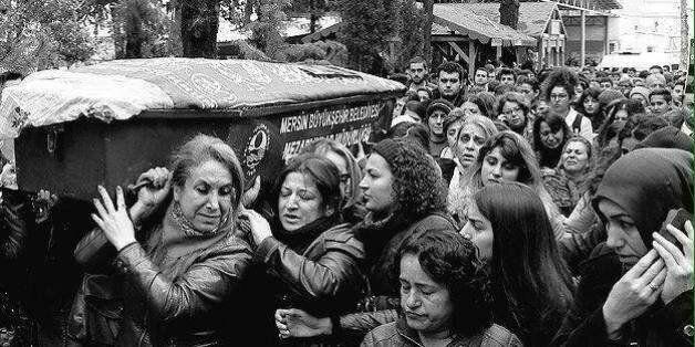 Οργή γυναικών στην Τουρκία για τη δολοφονία της 20χρονης φοιτήτριας. Αψήφησαν τον Ιμάμη και κουβάλησαν...