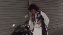 Ο τσολιάς της Ελληνοφρένειας γραβατώνει τη μηχανή του