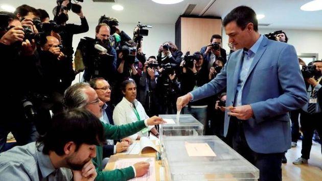El presidente del gobierno Pedro Sánchez vota en un colegio de la localidad madrileña de Pozuelo de