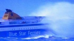 Τα κύματα «κατάπιαν» το Blue Star Paros στο στενό