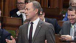 Υπουργός αποχώρησε από ψηφοφορία της Bουλής γιατί τον στένευε το... εσώρουχό