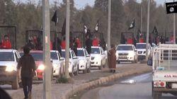 Άνδρες του Ισλαμικού Κράτους μεταφέρουν σε κλουβιά 21