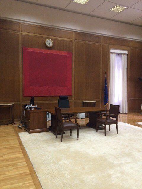 Το κόκκινο κυριαρχεί στο γραφείο του πρωθυπουργού Αλέξη Τσίπρα στη