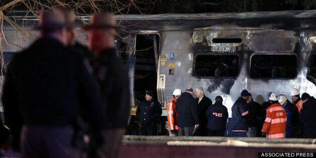 Φονική σύγκρουση αμαξοστοιχίας με ΙΧ στη Νέα Υόρκη με νεκρούς. Στις φλόγες το αυτοκίνητο και το