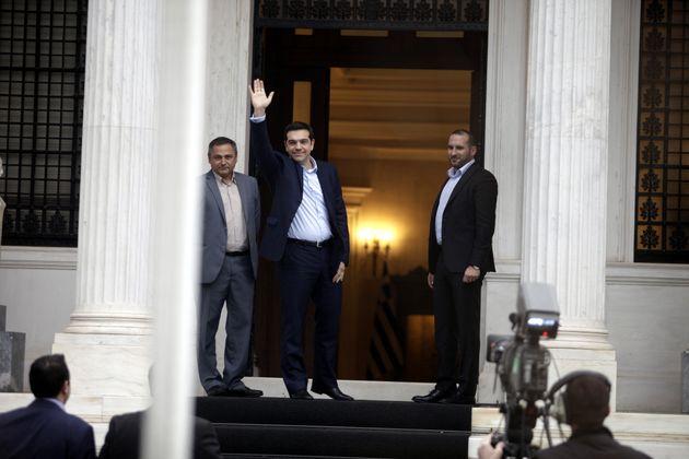 Δεν συνάντησε ο Σαμαράς τον Τσίπρα. Μεταξύ διευθυντών των γραφείων τους η παράδοση στο Μέγαρο