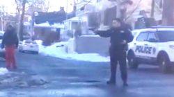 Αστυνομικός σημαδεύει με όπλο εφήβους που έπαιζαν χιονοπόλεμο στη Νέα