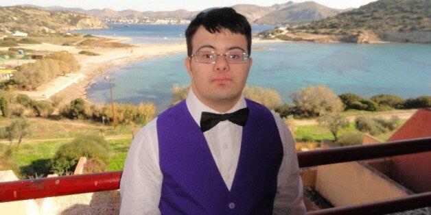 Η ιστορία του Ιάκωβου: Ο 22χρονος με Σύνδρομο Down που σπουδάζει τουρισμό, θέλει να δουλέψει και βρίσκει...