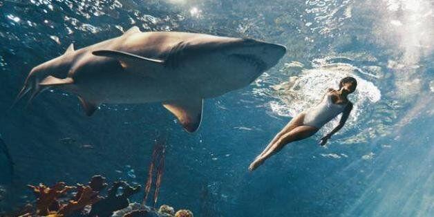 Η Rihanna κολυμπάει μαζί με