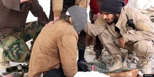 Μαχητές του ISIS ρίχνουν άνδρα από την ταράτσα και τον πετροβολούν γιατί ήταν