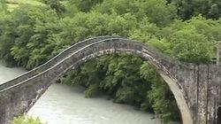 Κατέρρευσε το Γεφύρι της Πλάκας, το μεγαλύτερο μονότοξο γεφύρι στα
