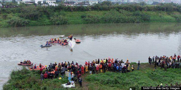 Καρέ καρέ η σύγκρουση και η πτώση αεροπλάνου σε ποταμό της