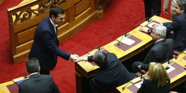 Ούτε να κοιτάξει τον Τσίπρα ο Σαμαράς. Δεν σηκώθηκε όταν ο πρωθυπουργός του έδωσε το χέρι