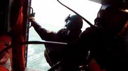 Βίντεο που κόβει την ανάσα: Ελληνικό super puma σώζει ναυτικούς λίγο πριν τους «καταπιεί» η