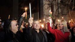 Με αναμμένα κεριά έξω από το Μουσείο της Ακρόπολης για την επιστροφή των Γλυπτών του