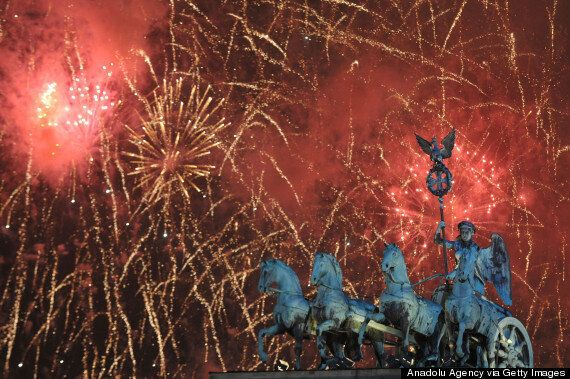 Εκπληκτικές φωτογραφίες από τον εορτασμό της πρωτοχρονιάς σε όλο τον