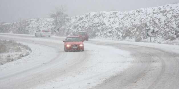 Μετ' εμποδίων οι μετακινήσεις λόγω του χιονιά. Κλειστή η Αθηνών-Λαμίας. Δεμένα τα