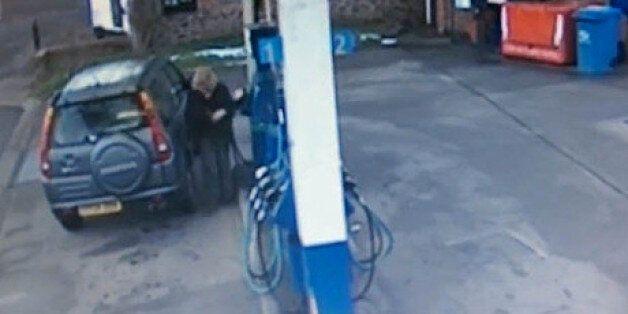 «Γύρω - γύρω όλοι» από γυναίκα οδηγό που καταφέρνει με την τρίτη προσπάθεια να βάλει καύσιμα