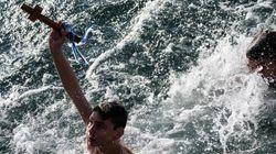 Ένα παιδί 13 χρονών αψηφά το κρύο και πιάνει τον σταυρό. Να μην κλείσουν τα κολυμβητήρια ζητά ο πατέρας