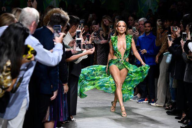 Milano Moda, Versace colpisce con JLo, Moschino disegna l