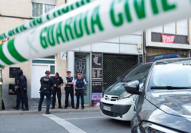 Agentes de la Guardia Civil y Mossos d'Esquadra, durante el registro de un domicilio en Sabadell