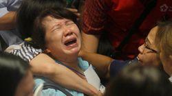AirAsia: Η στιγμή που οι συγγενείς καταλαβαίνουν ότι η ελπίδα πέθανε