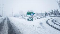 Παραμένουν κλειστοί αρκετοί δρόμοι στην Αττική λόγω της χιονόπτωσης- Που χρειάζονται