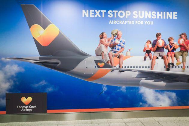 Une affiche de la compagnie Thomas Cook airlines au l'aéroport de Gatwick, à Londres, le...