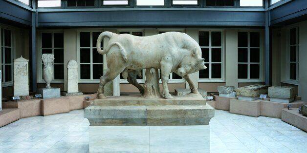 Το αίθριο του μουσείου με επιτύμβιες στήλες και τον μνημειώδη μαρμάρινο ταύρο από τον περίβολο του Διονυσίου...