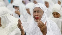 Προσευχές στην Ινδονησία στη μνήμη των νεκρών του τσουνάμι του