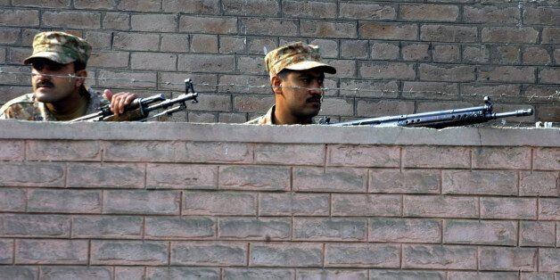 Πολύνεκρη επίθεση και ομηρία σε σχολείο του στρατού στο