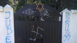 Βεβήλωσαν με αγκυλωτό σταυρό και ναζιστικά σύμβολα το εβραϊκό νεκροταφείο