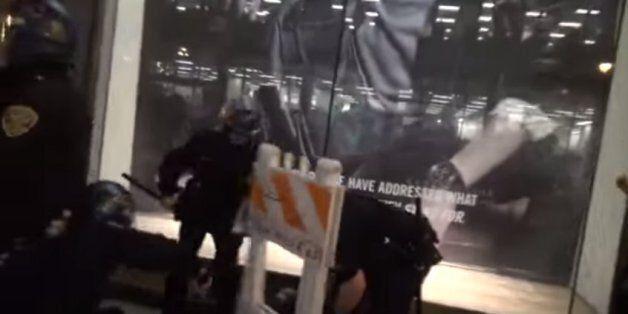 Έριξαν οδόφραγμα σε κεφάλι αστυνομικού ( βίντεο