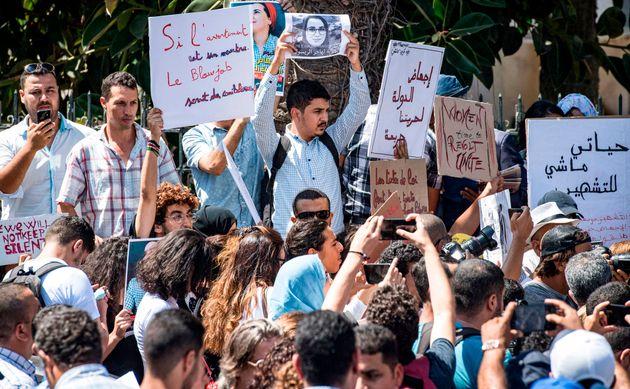 Les manifestants brandissent des pancartes lors d'un rassemblement devant le tribunal de Rabat, le 9...
