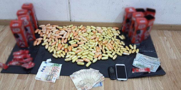 Τρανσέξουαλ κομμωτής συνελήφθη στο «Ελ. Βενιζέλος» με 5 κιλά κοκαΐνης σε κάλτσες και κουτιά