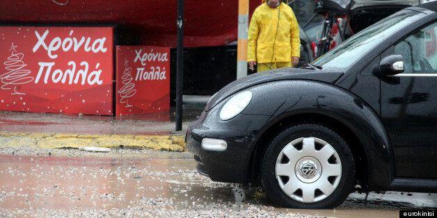«Χάος» στους δρόμους, πλυμμήρισε ο περιφερειακός Αιγαλέου, βράχος σε δρόμο στο
