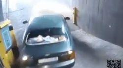 A este conductor se le complica MUCHO salir del parking: el vídeo no tiene