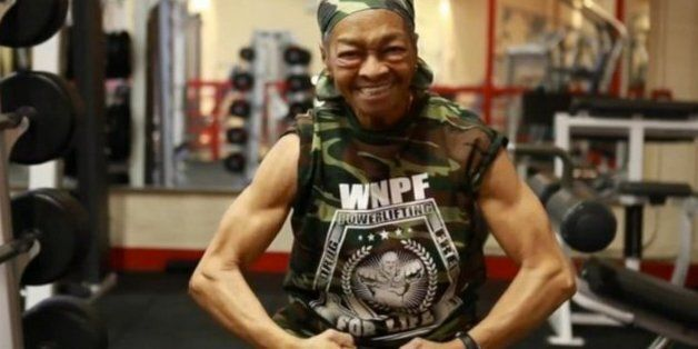 Δώσ' του γιαγιά! - Η 77χρονη αρσιβαρίστρια της