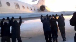 Βίντεο: Επιβάτες σπρώχνουν αεροπλάνο στον πάγο με τα