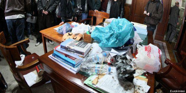 Άδειασαν σκουπίδια στο γραφείο του