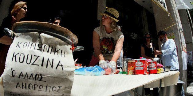 Στιγμιότυπο από την 7η μέρα της καθιστικής διαμαρτυρίας των απολυμένων καθαριστριών στο Υπουργείο Οικονομικών.Το συσσίτιο μαγειρεύτηκε στον δρόμο από την κοινωνική κουζίνα «Ο ΑΛΛΟΣ ΑΝΘΡΩΠΟΣ».