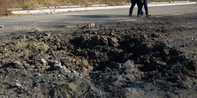 Κρατήρας από έκρηξη βλήματος στο Ντονιέτσκ (φωτογραφία
