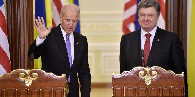 Ukrainian President Petro Poroshenko (R) stands as US Vice-President Joe Biden greet media after their...